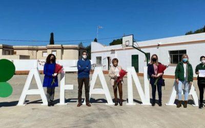 La diputada de Igualdad, Carmen Collado, entrega un reconocimiento al CEE Virgen del Pilar