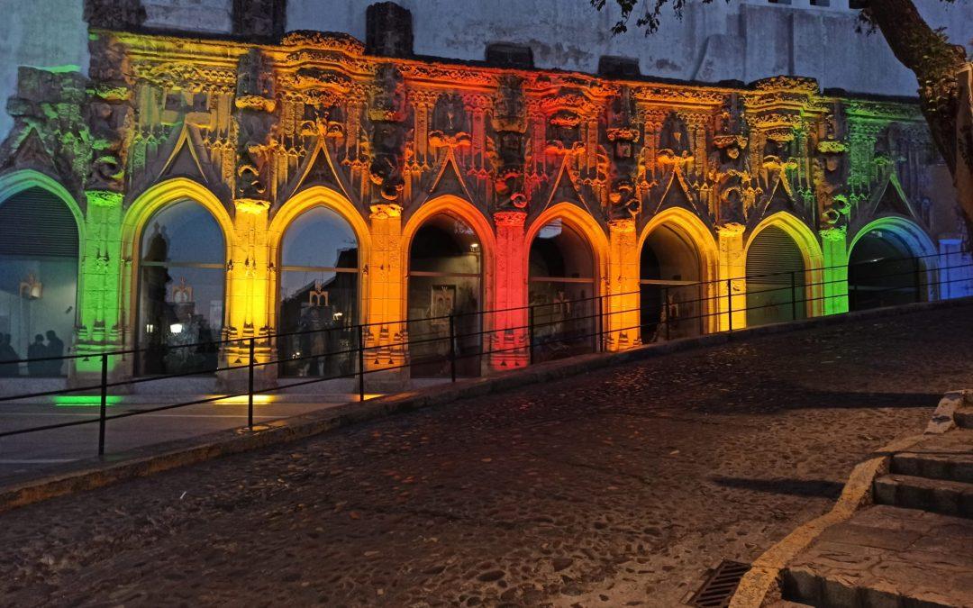 Iluminación de las Covachas con los colores de la bandera arcoíris